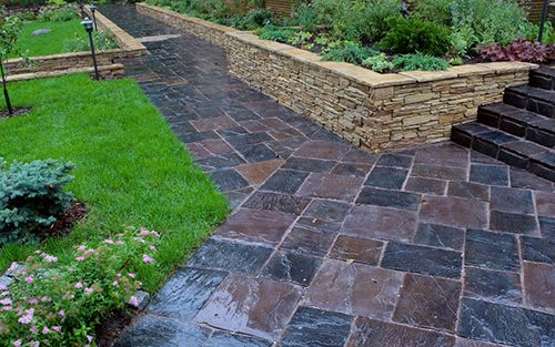 Kertépítés, térkövek, kerti burkolatok lerakása a Design Garden Kft-vel.